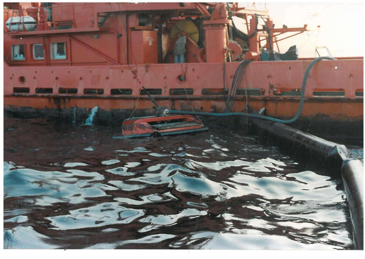 Floating oil skimmer model FD30 - on oil spill on the sea with oil booms