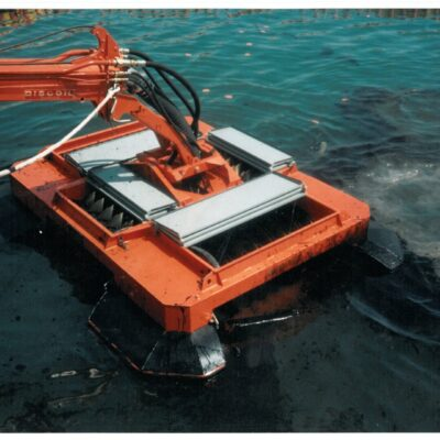Floating oil skimmer model FD100 - on oil spill on the sea with oil booms