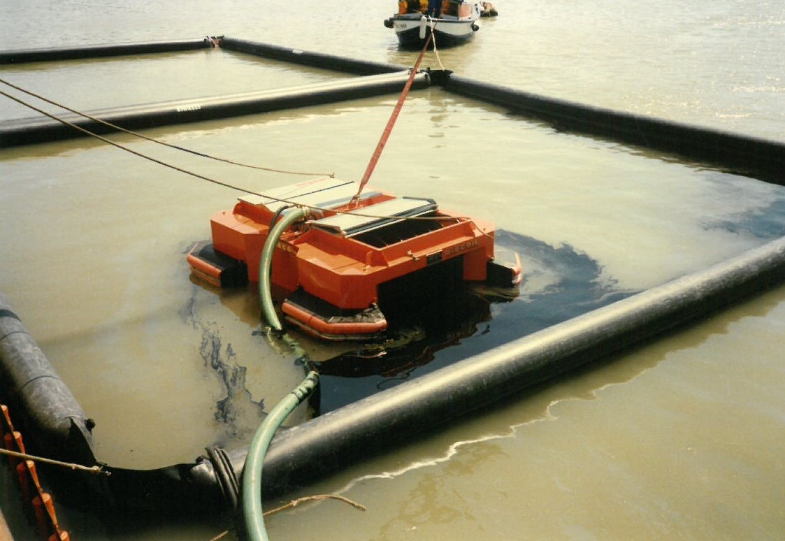 Floating oil skimmer model FD50 - on oil spill on the sea with oil booms