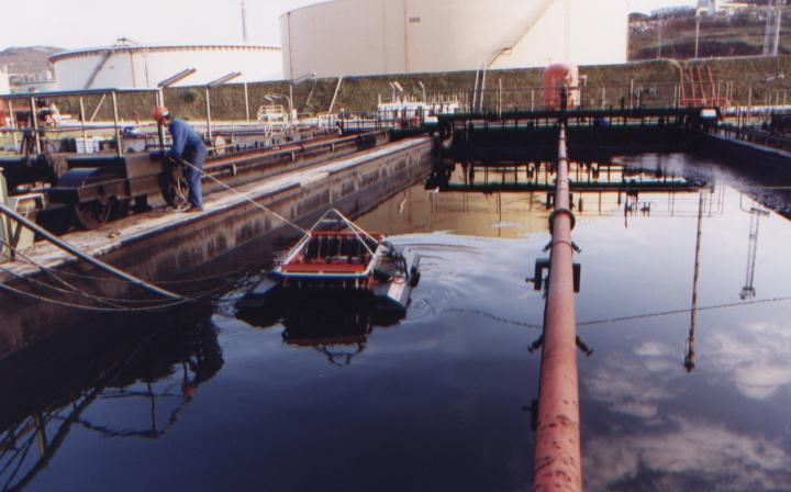 Floating oil skimmer model FD20 - in stainless steel, on the tank in the Refinery