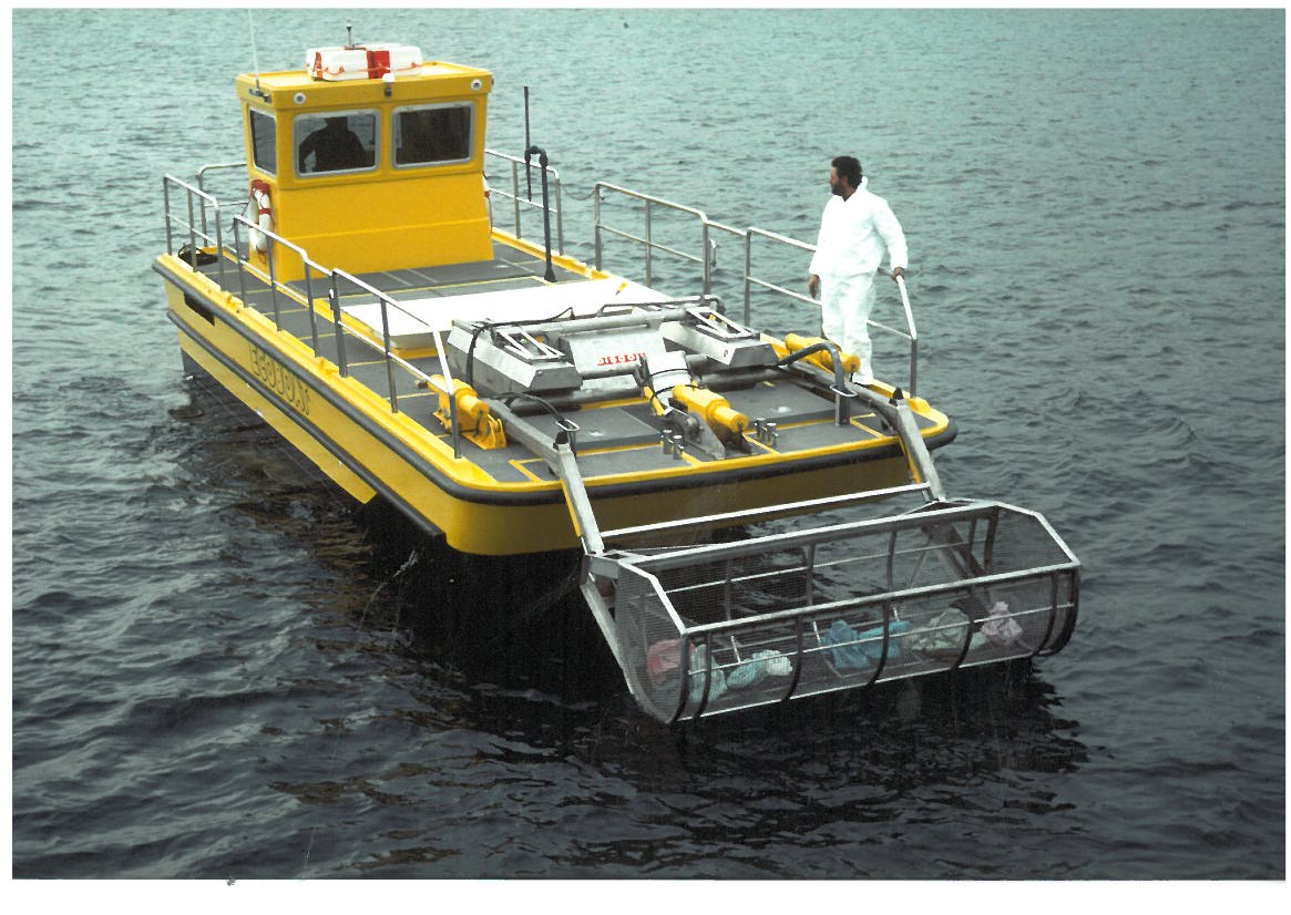 Antipollution barge with incoraporated Floating oil skimmer + grid bucket for waste